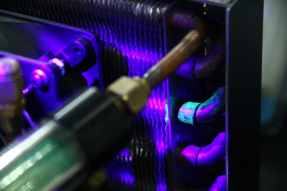 Contraste fluorescente usado na detecção de vazamentos de fluidos refrigerantes