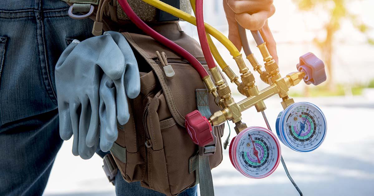 Técnico em refrigeração com ferramentas de trabalho