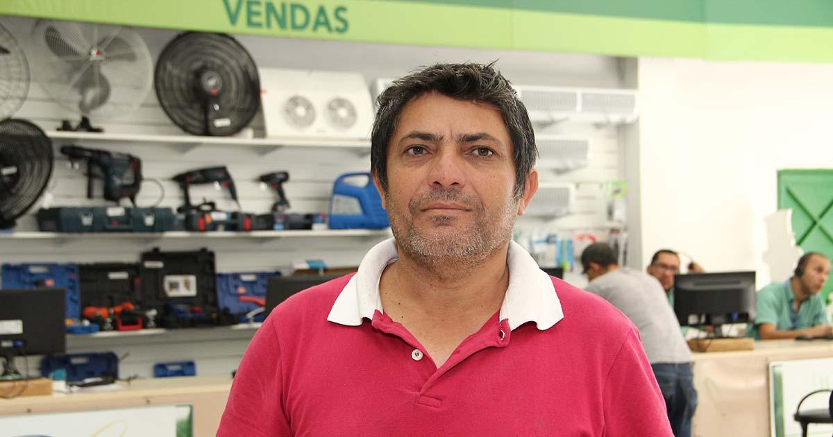 Refrigerista José Amaro dos Santos na loja da Frigelar da Alameda Glete, no centro de São Paulo