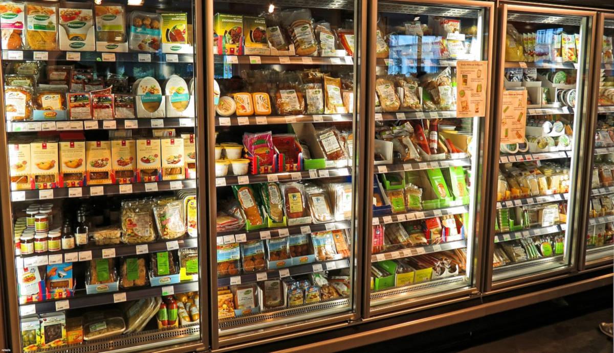 Seção de produtos resfriados em supermercado
