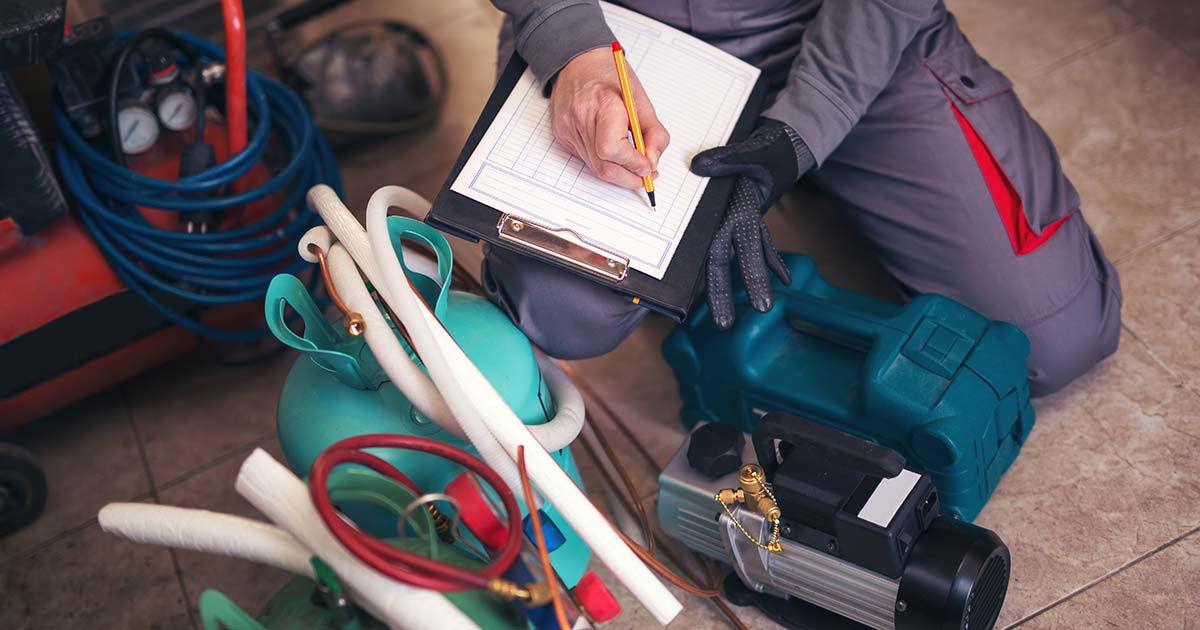 Técnico em refrigeração e climatização checando insumos e ferramentas de trabalho