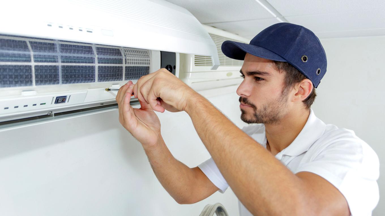 técnico fazendo manutenção no aparelho de ar condicionado