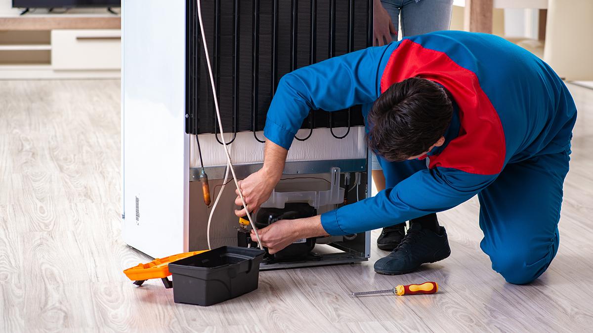 Técnico substituindo modelos antigos de compressor de geladeira